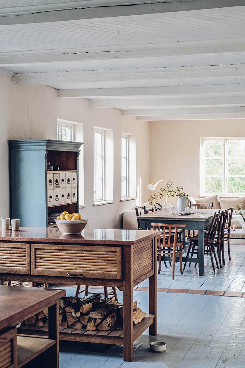 Le style scandi rustique et industriel en déco // La maison en suède du duo d'Our food stories - Parquet peint en blanc et sa longue table de ferme