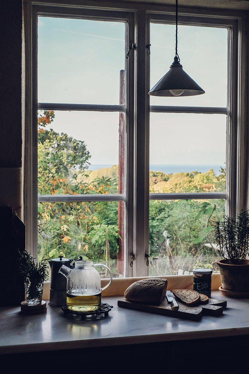 Le style scandi rustique et industriel en déco // La nouvelle cuisine DeVOL du duo d'Our food stories dans leur maison en Suède avec son plan de travail en marbre