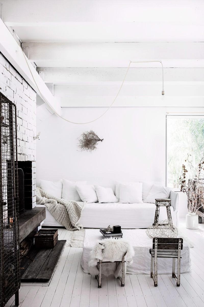 Une maison de mer,à Sydney à la décoration scandinave industrielle. Canapé en lin blanc et mobilier industriel