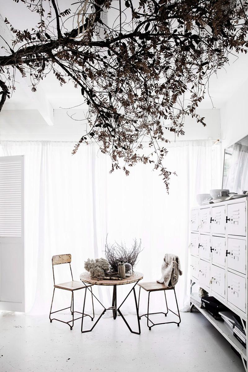 Une maison de mer,à Sydney à la décoration scandinave industrielle // Coin repas au décor blanc avec du mobilier industriel brocante + éléments végétaux