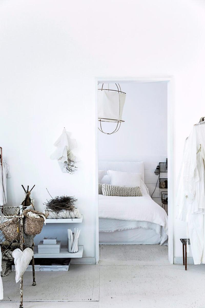 Une maison de mer à Sydney à la décoration scandinave industrielle // Chambre blanche avec sa lanterne, son linge de lit blanc