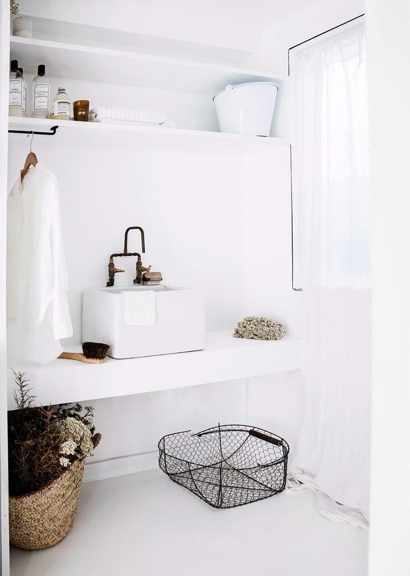 Une maison de mer à Sydney à la décoration scandinave industrielle // Salle de bains minimaliste, blanche avec des éléments rustiques