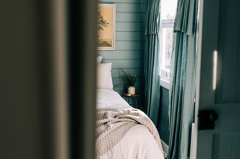 The Burrows, une chambre d'hôtes en Tasmanie // Chambre bleu gris