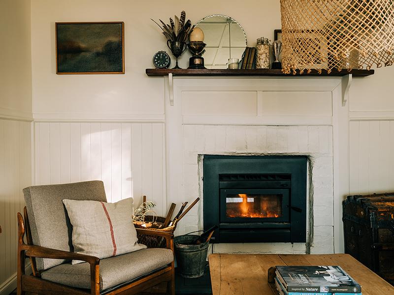 The Burrows, une chambre d'hôtes en Tasmanie // Le coin cheminée, avec son fauteuil pour en profiter