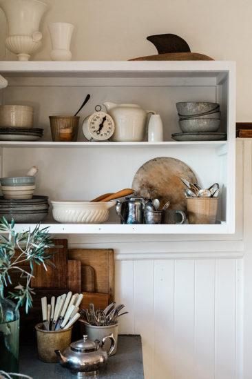 The Burrows, une chambre d'hôtes en Tasmanie // Etagère de cuisine où sont mis en scène la vaisselle