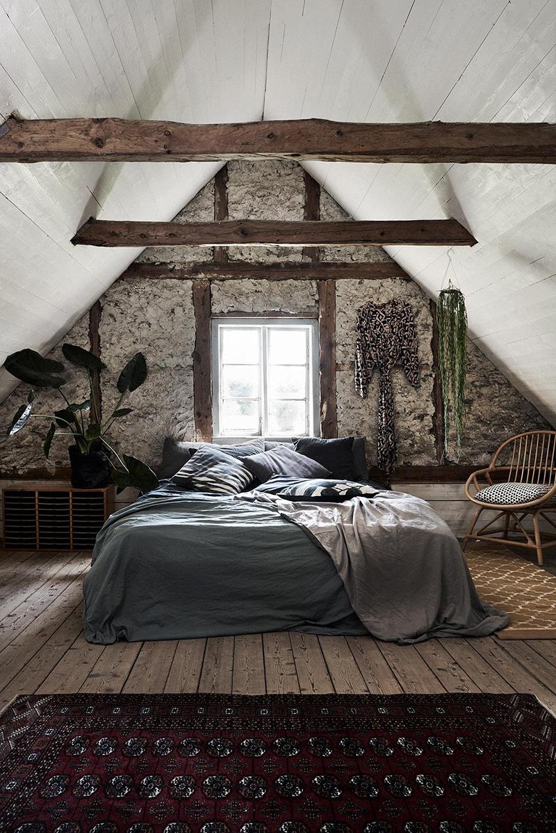 Une ferme du XIXe siècle, rénovée à Romakloster - Chambre sous les combles avec ses plafonds en lambris blanc et parquet brut