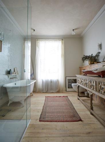 [ 3 décors imparfaits en blanc cassé et matériaux brut ] Une salle de bain antique qui joue les codes actuels