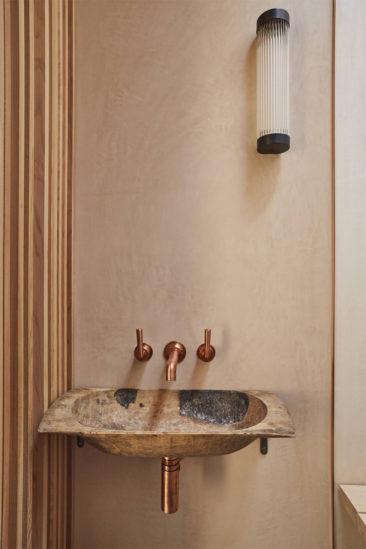 [ 3 décors imparfaits en blanc cassé et matériaux brut ] Lavabo en pierre et luminaire design