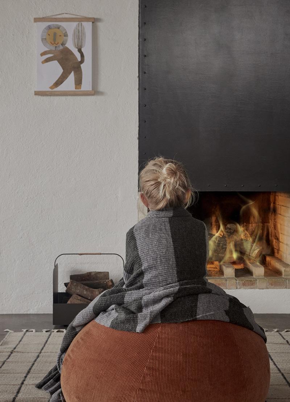 Ambiance vintage slow pour le catalogue OYOY AW2020 // Devant la cheminée