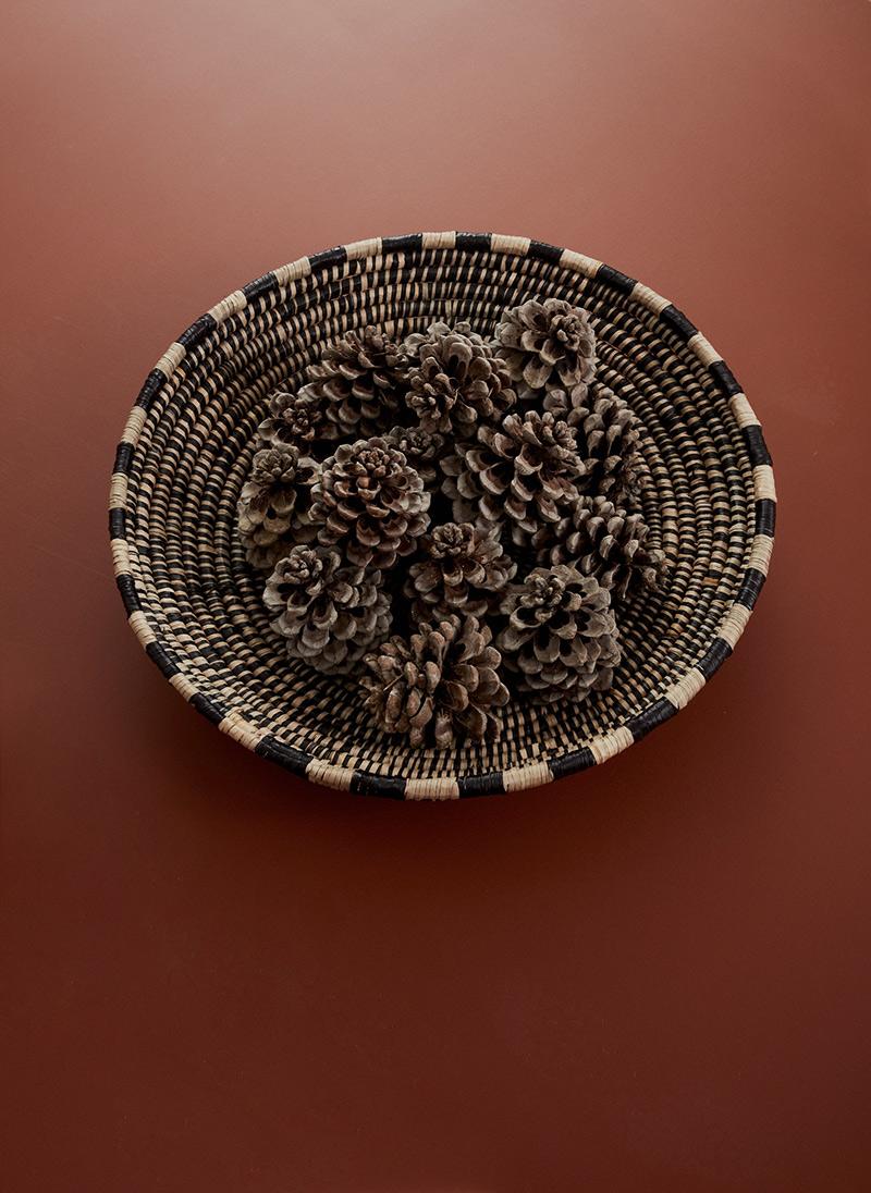 Ambiance vintage slow pour le catalogue OYOY AW2020 // Panier de pommes de pin