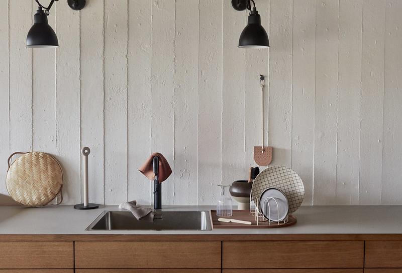 Ambiance vintage slow pour le catalogue OYOY AW2020 // Cuisine contemporaine en bois avec pour fond un mur en béton peint en blanc