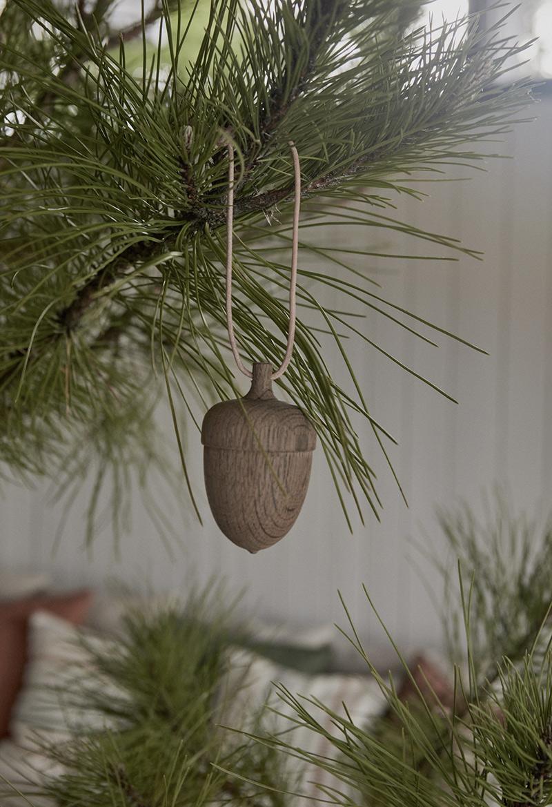 Ambiance vintage slow pour le catalogue OYOY AW2020 // Ornement de Noël en bois en forme de gland