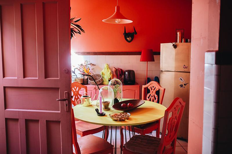Palette de couleurs terracotta, rose, beige et brun // Une cuisine qui mixe à la folie toute la gamme des rouges