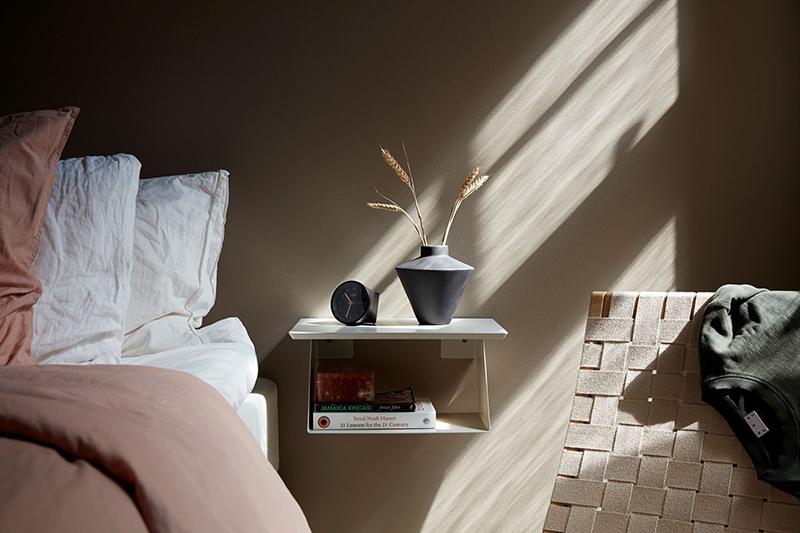 Palette de couleurs terracotta, rose, beige et brun // Chambre avec un mur de fond dans un brun doux, presque vert