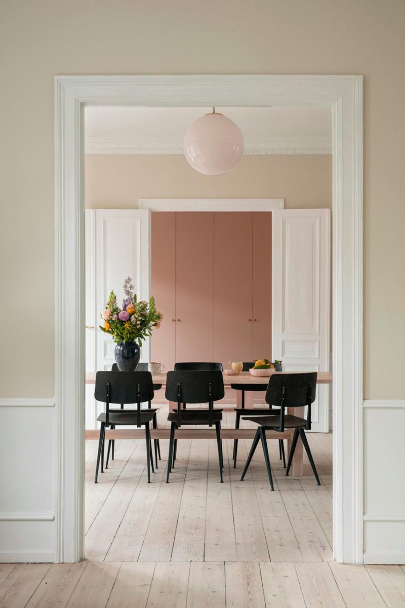 Palette de couleurs terracotta, rose, beige et brun // Appartement scandinave aux tonalités sable, beige, blanc cassé avec en fond un dressing rose pêche