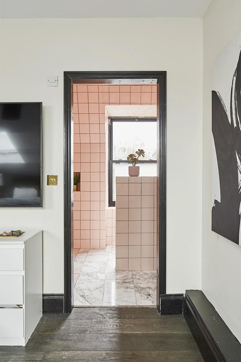 [ 3 décors imparfaits en blanc cassé et matériaux brut ] Salle de bains vintage, laissée dans son jus avec faïence rose