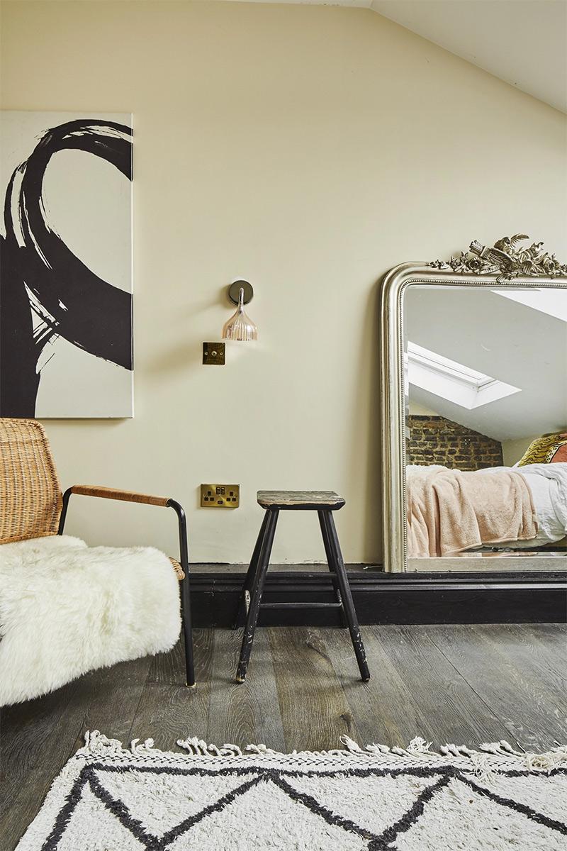 [ 3 décors imparfaits en blanc cassé et matériaux brut ] Chambre sous les combles avec miroir au sol