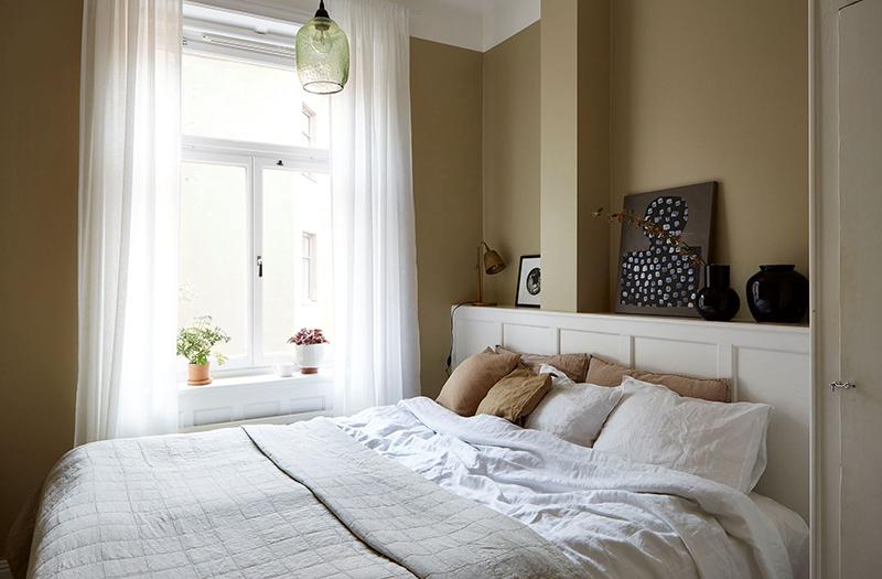 Un appartement ancien à Stockholm, plein de charme - Chambre hygge aux murs beiges