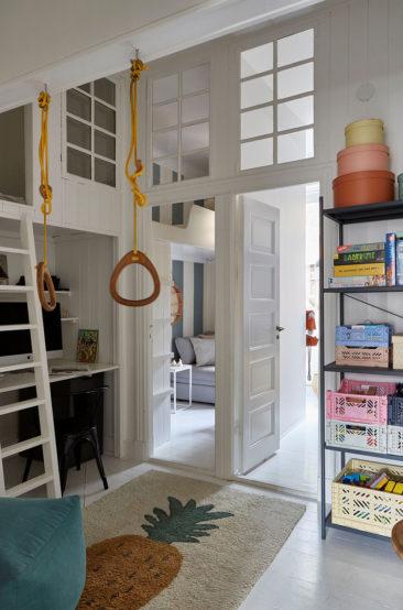 Un appartement ancien à Stockholm, plein de charme - Petit espace tout en hauteur avec lit aménagé en mezzanine