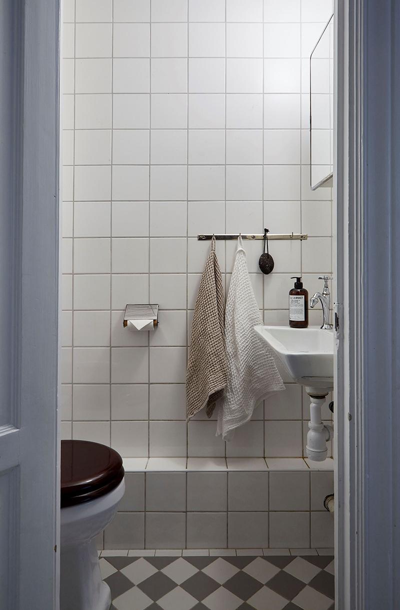 Un appartement ancien à Stockholm, plein de charme - Toilettes simples avec faïence blanche 10x10