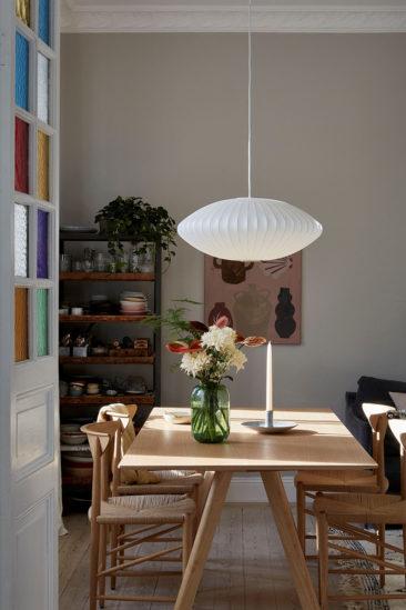 Un appartement ancien à Stockholm, plein de charme - Un séjour qui joue la carte des tons neutres