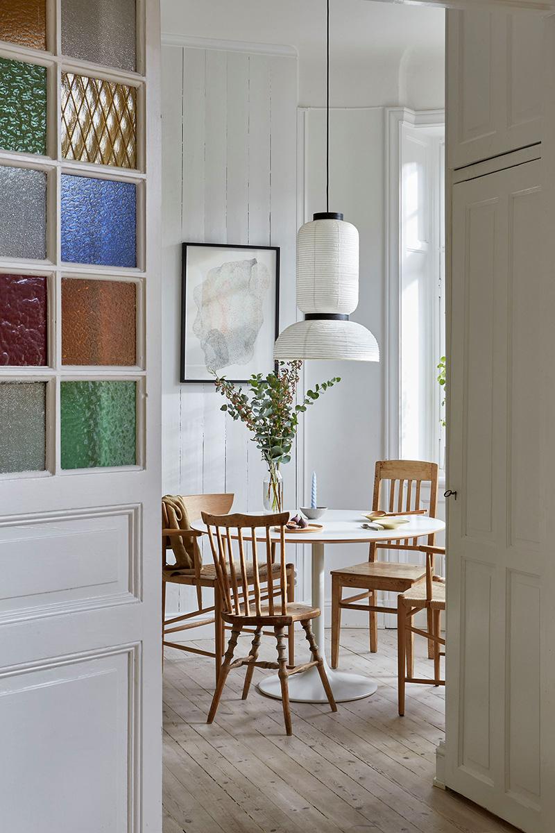 Un appartement ancien à Stockholm, plein de charme - Coin repas, avec table ronde ronde style vintage et chaises en bois