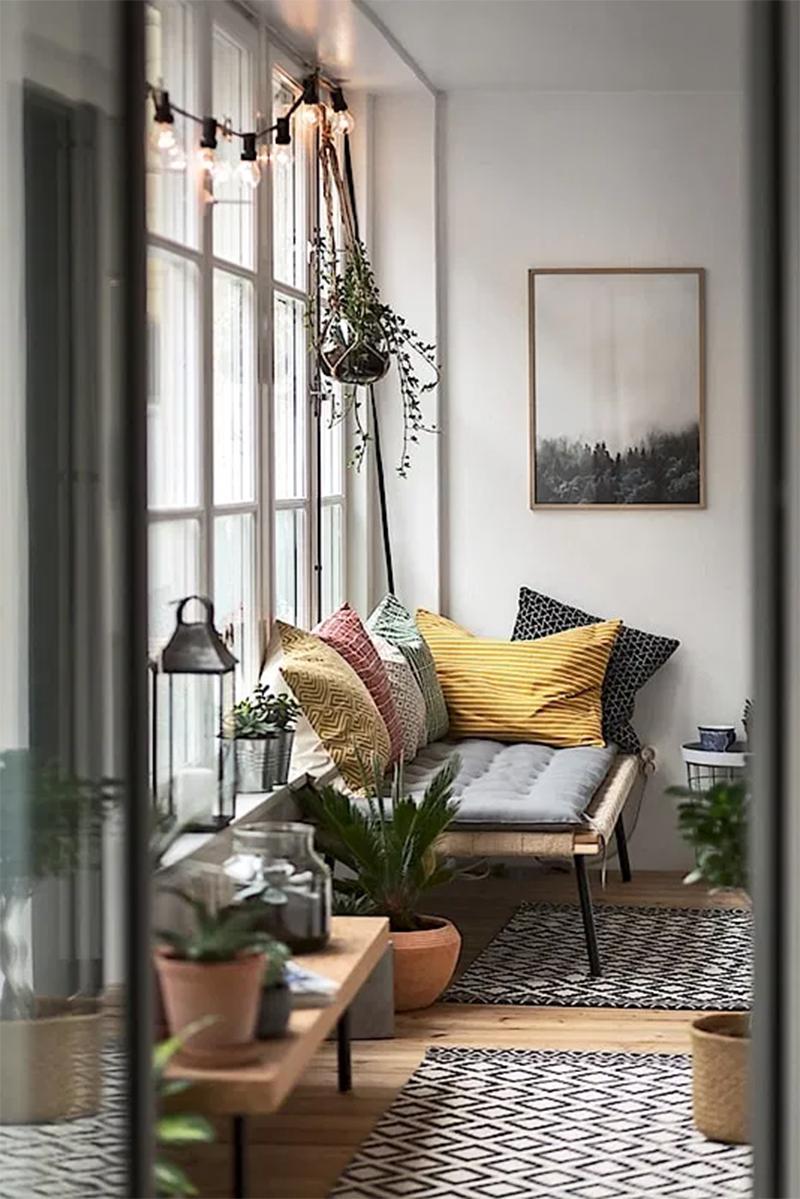 """Suspendre une guirlande le long d'une fenêtre pour créer une ambiance """"jardin intérieur"""""""