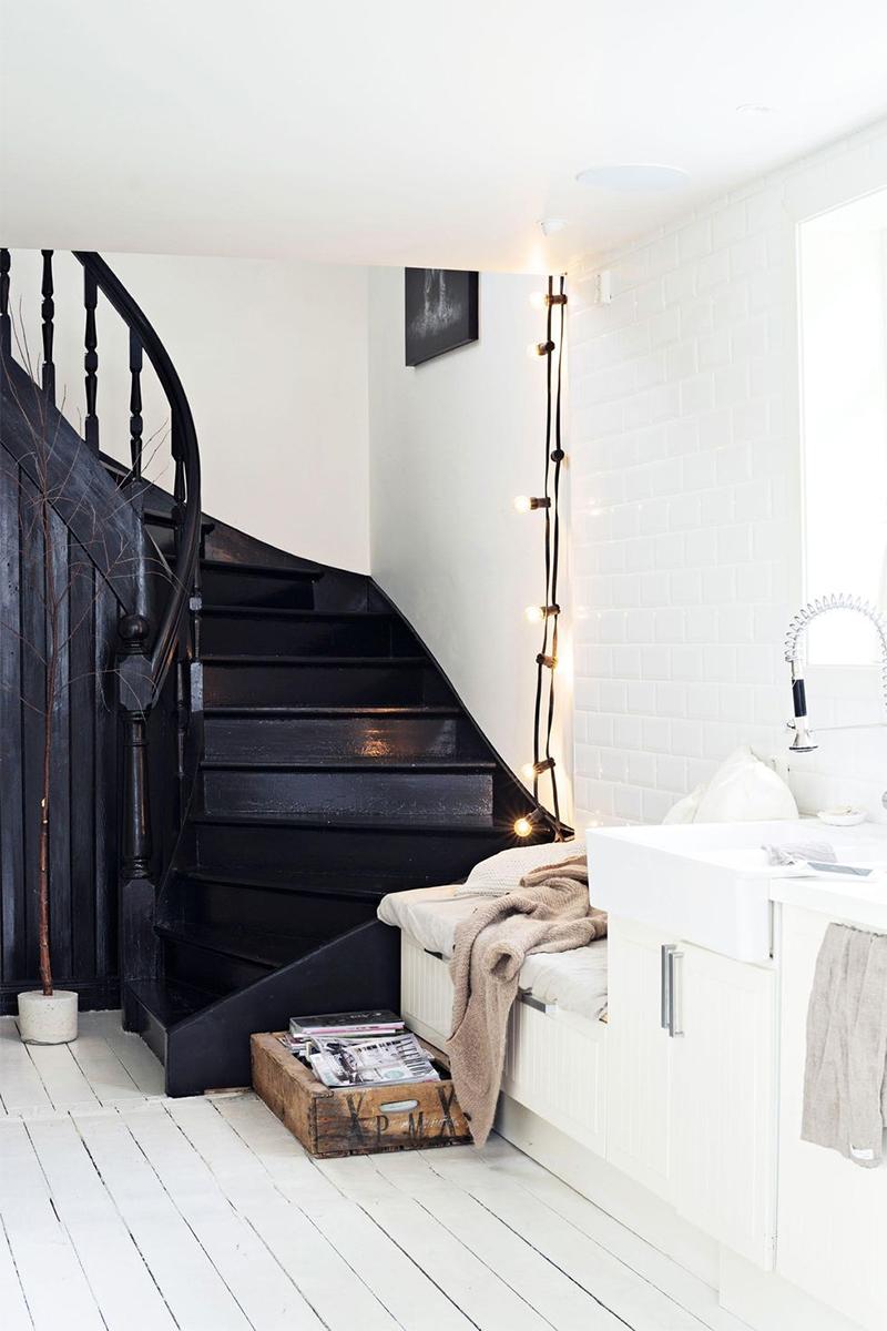 Une guirlande guinguette pour aiguiller un coin d'escalier