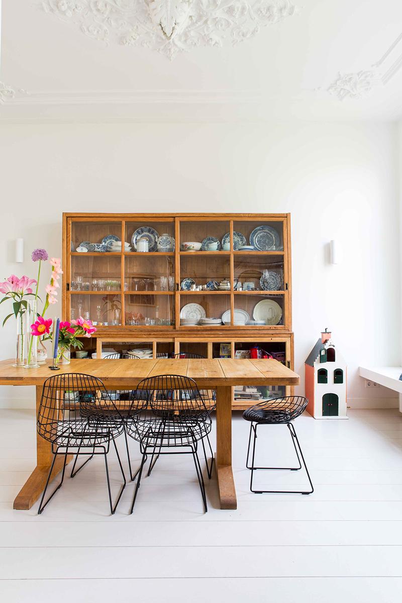 Visite déco sur Turbulences déco - Salle à mangé ancienne, meublée avec du mobilier de brocante