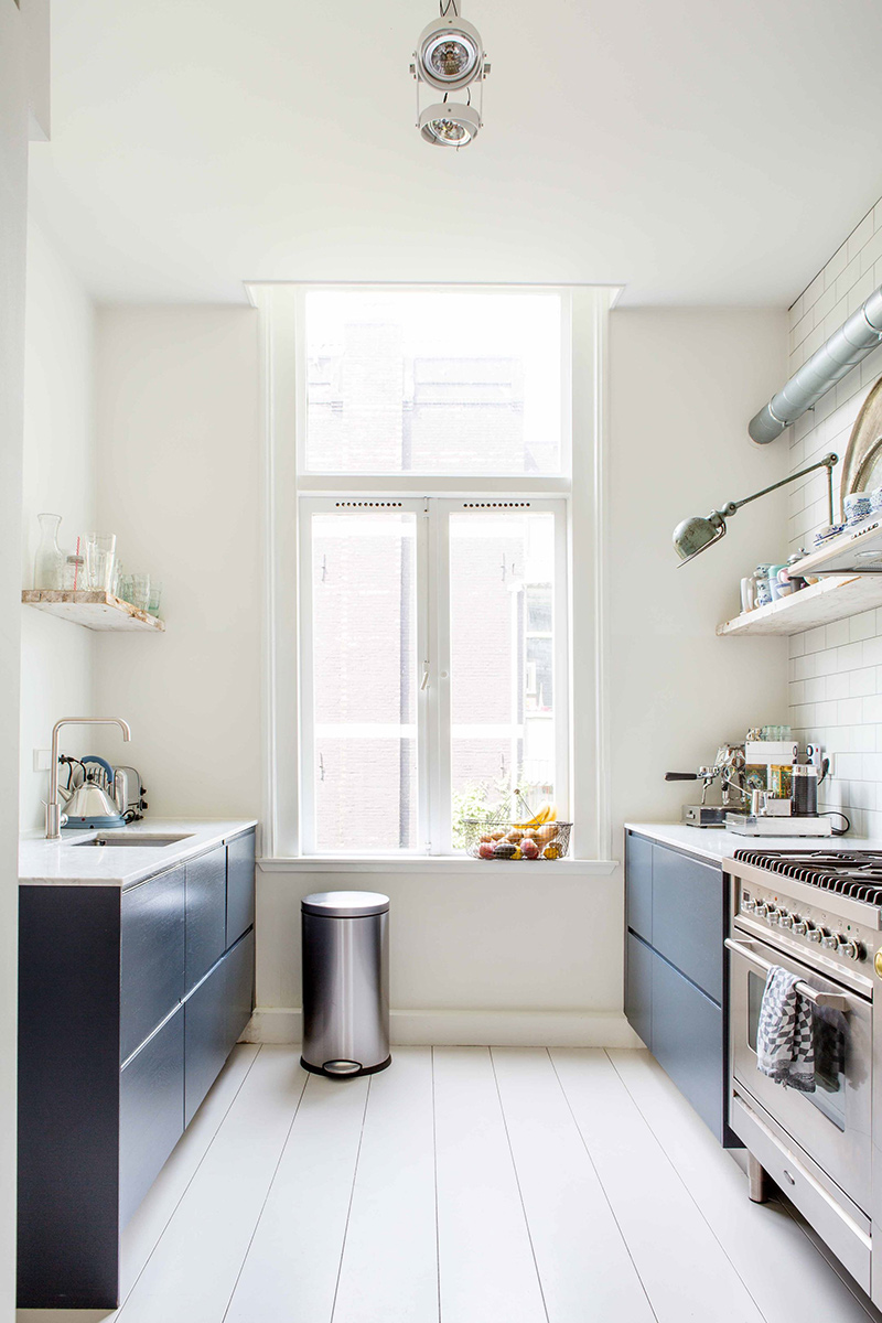 Visite déco sur Turbulences déco - Une cuisine minimaliste en bleu marine
