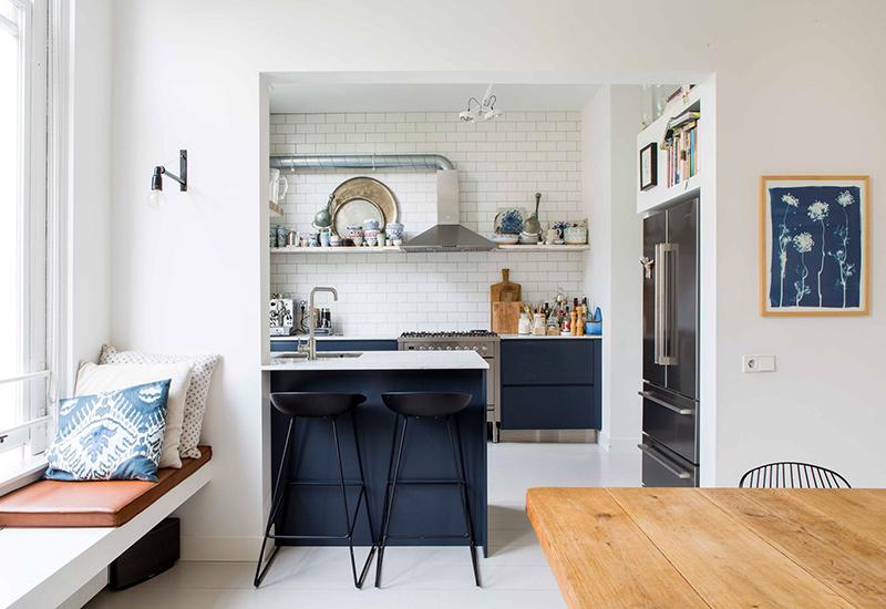 Visite déco sur Turbulences déco - Une cuisine minimaliste bleu marine, semi ouverte