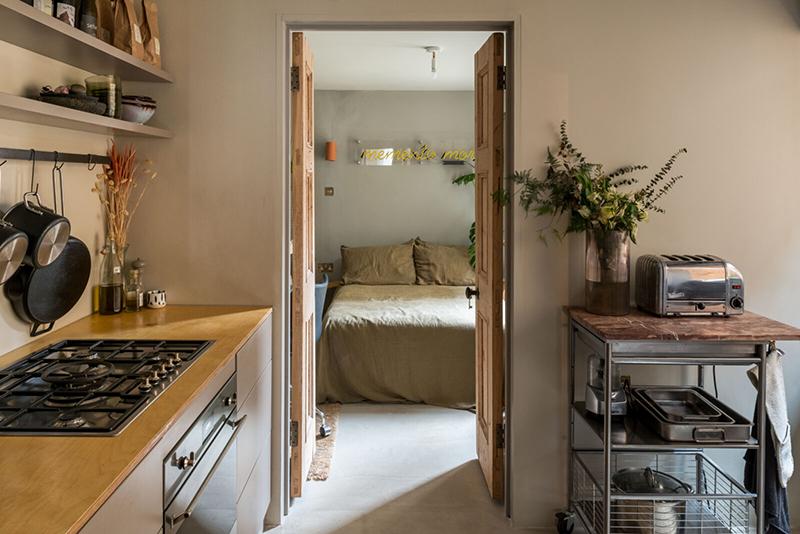 Un petit appartement atypique rénové avec soin à Londres // Chambre donnant sur la cuisine