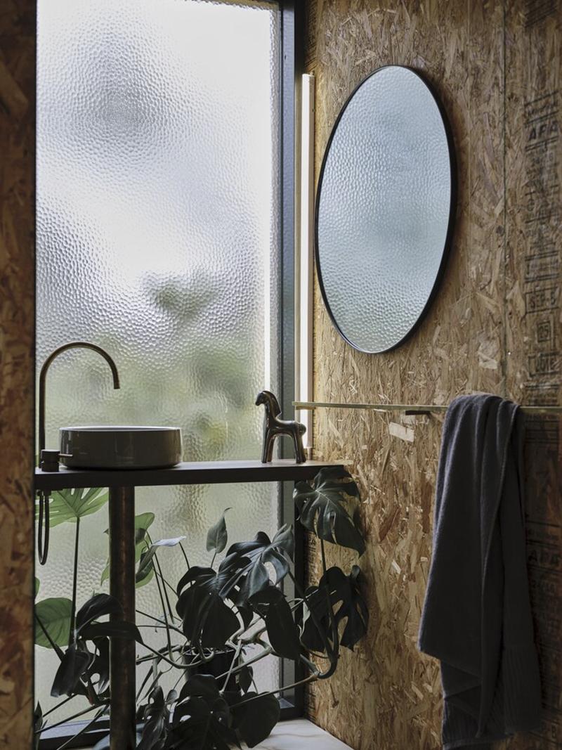 Casa Acton à Hobart, Tasmanie, architecte : Archier - Josh FitzGerald // Intérieur avec panneaux en OSB - Coin salle de bains
