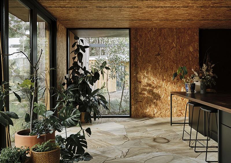 Casa Acton à Hobart, Tasmanie, architecte : Archier - Josh FitzGerald // Intérieur avec panneaux en OSB + dalles en pierre pour le sol