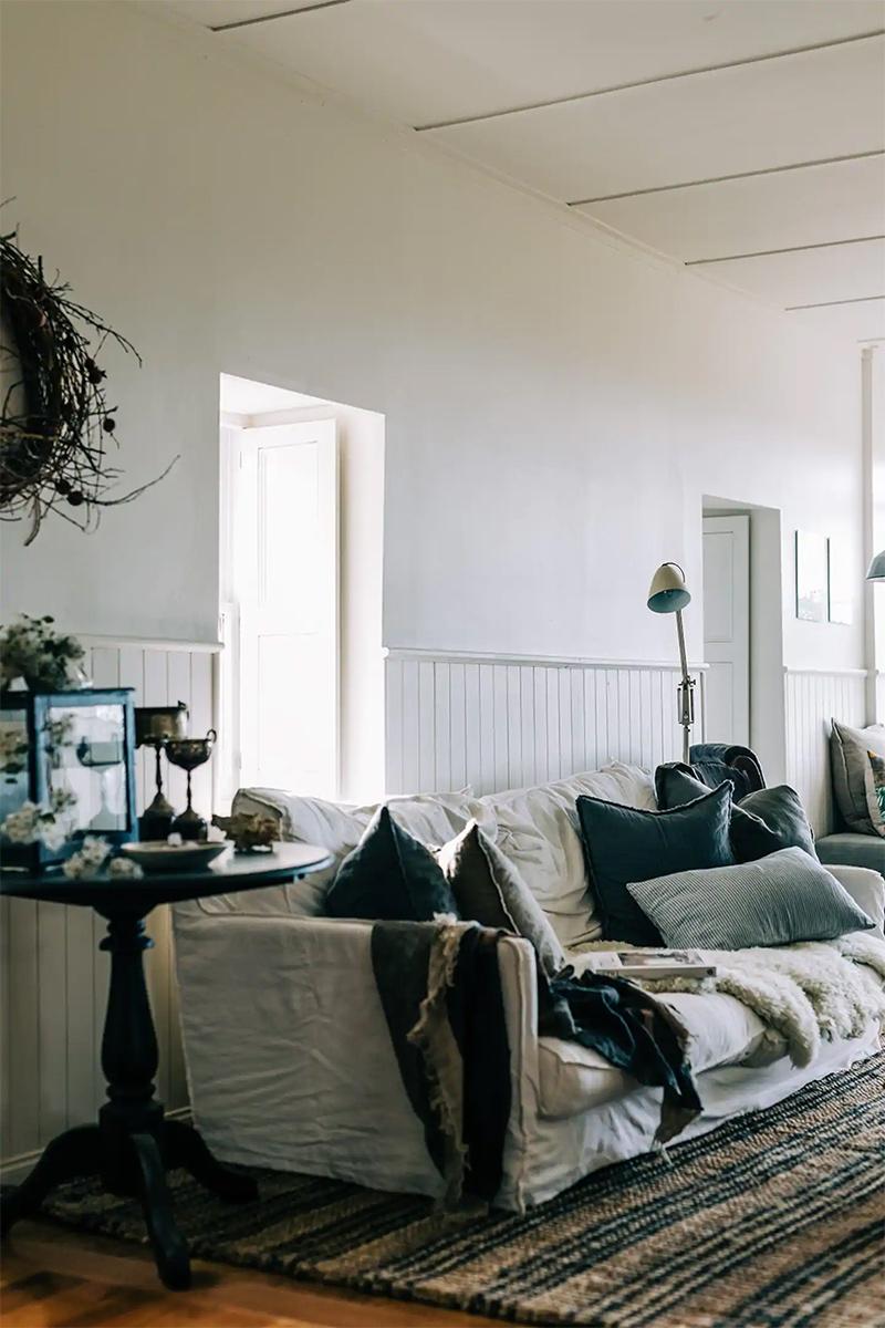 The Burrows, une chambre d'hôtes en Tasmanie // Un canapé en lin, complètement cocooning