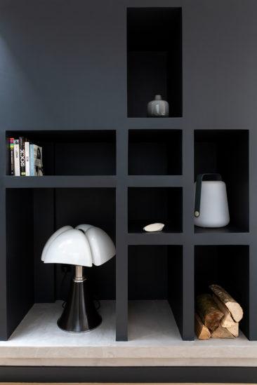 Aménagement intérieur d'une cheminée et bibliothèque noire // Camille Hermand Projet Suresnes, 2020 - Rénovation partielle d'une maison de 160m²