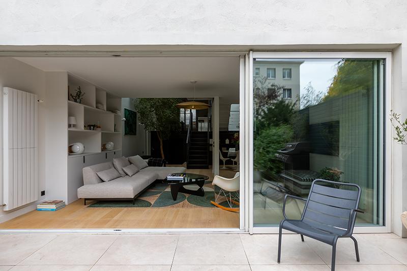 Une extension ouvertes sur le jardin // Camille Hermand Projet Suresnes, 2020 - Rénovation partielle d'une maison de 160m²