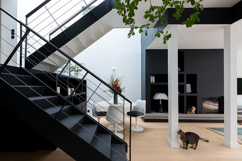 Escalier intérieur en métal noir // Camille Hermand Projet Suresnes, 2020 - Rénovation partielle d'une maison de 160m²