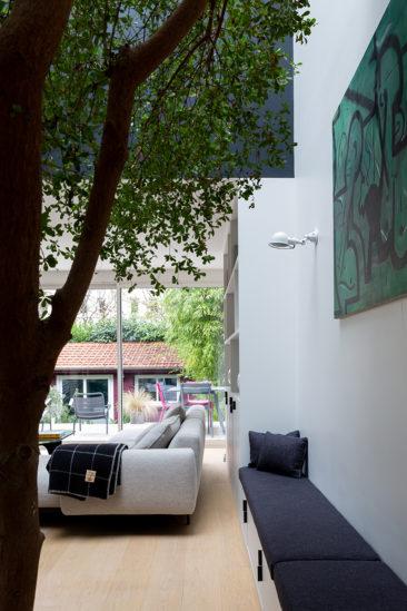 Un arbre décoratif à l'intérieur // Camille Hermand Projet Suresnes, 2020 - Rénovation partielle d'une maison de 160m²