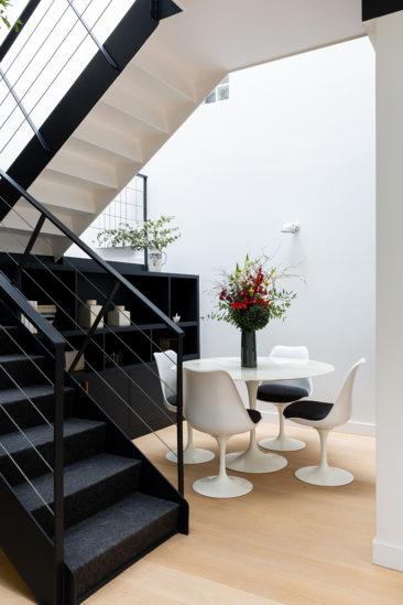 """Coin repas, table et chaise """"tulipe"""" // Camille Hermand Projet Suresnes, 2020 - Rénovation partielle d'une maison de 160m²"""