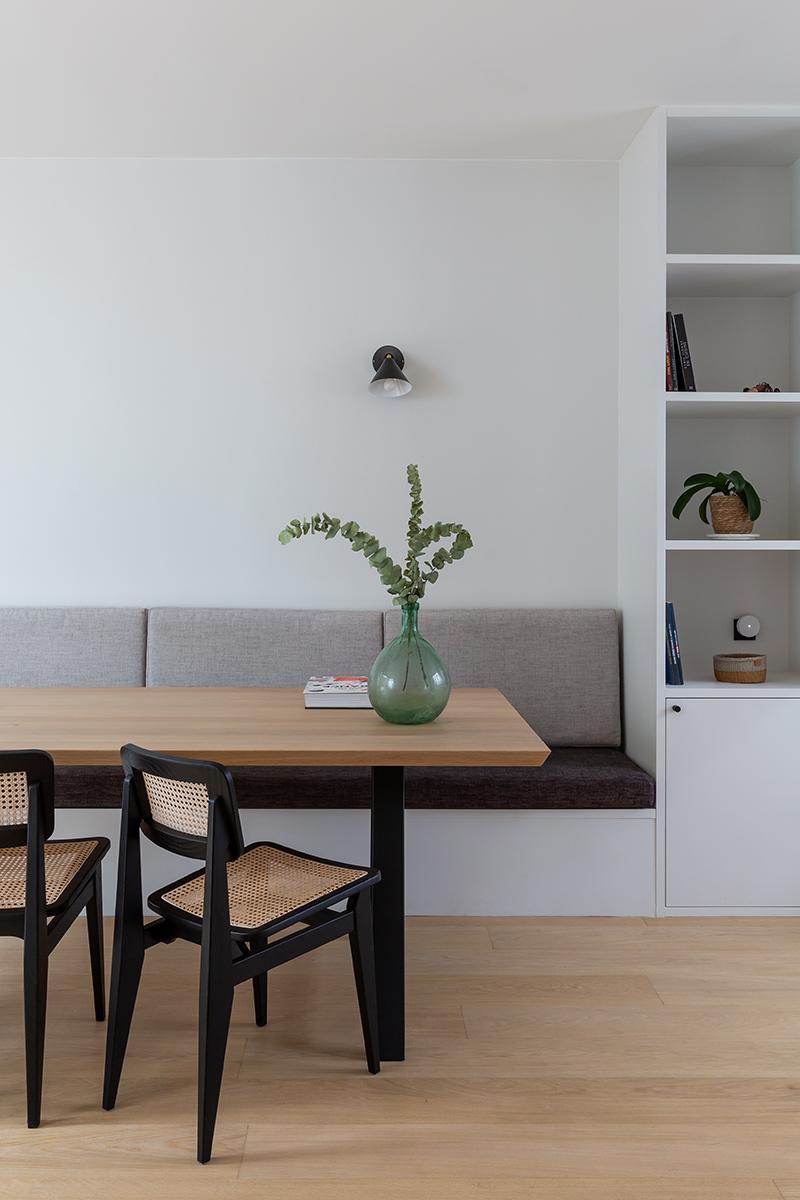 Coin repas avec banquette // Camille Hermand Projet Suresnes, 2020 - Rénovation partielle d'une maison de 160m²