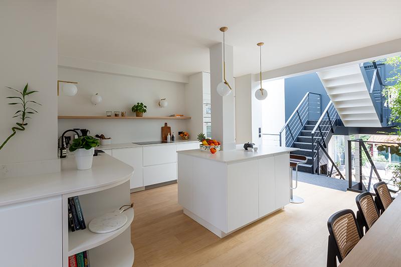 Grande cuisine aménagée contemporaine // Camille Hermand Projet Suresnes, 2020 - Rénovation partielle d'une maison de 160m²
