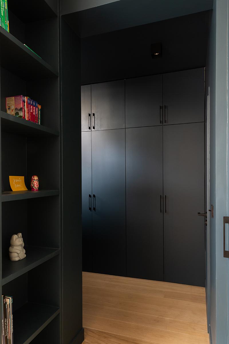 Une entrée noire, sombre et design // Camille Hermand Projet Suresnes, 2020 - Rénovation partielle d'une maison de 160m²