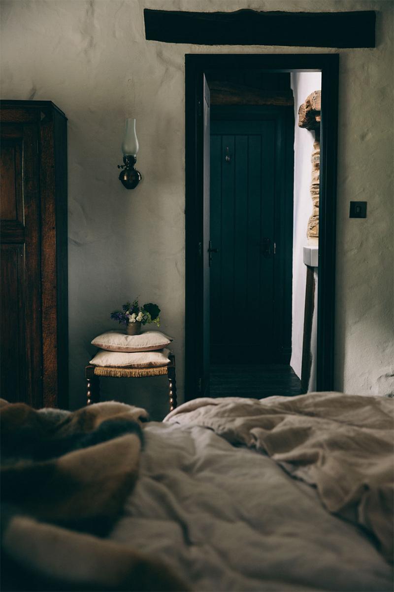 Une maison de campagne anglaise par le studio Field day - Chambre de style campagne