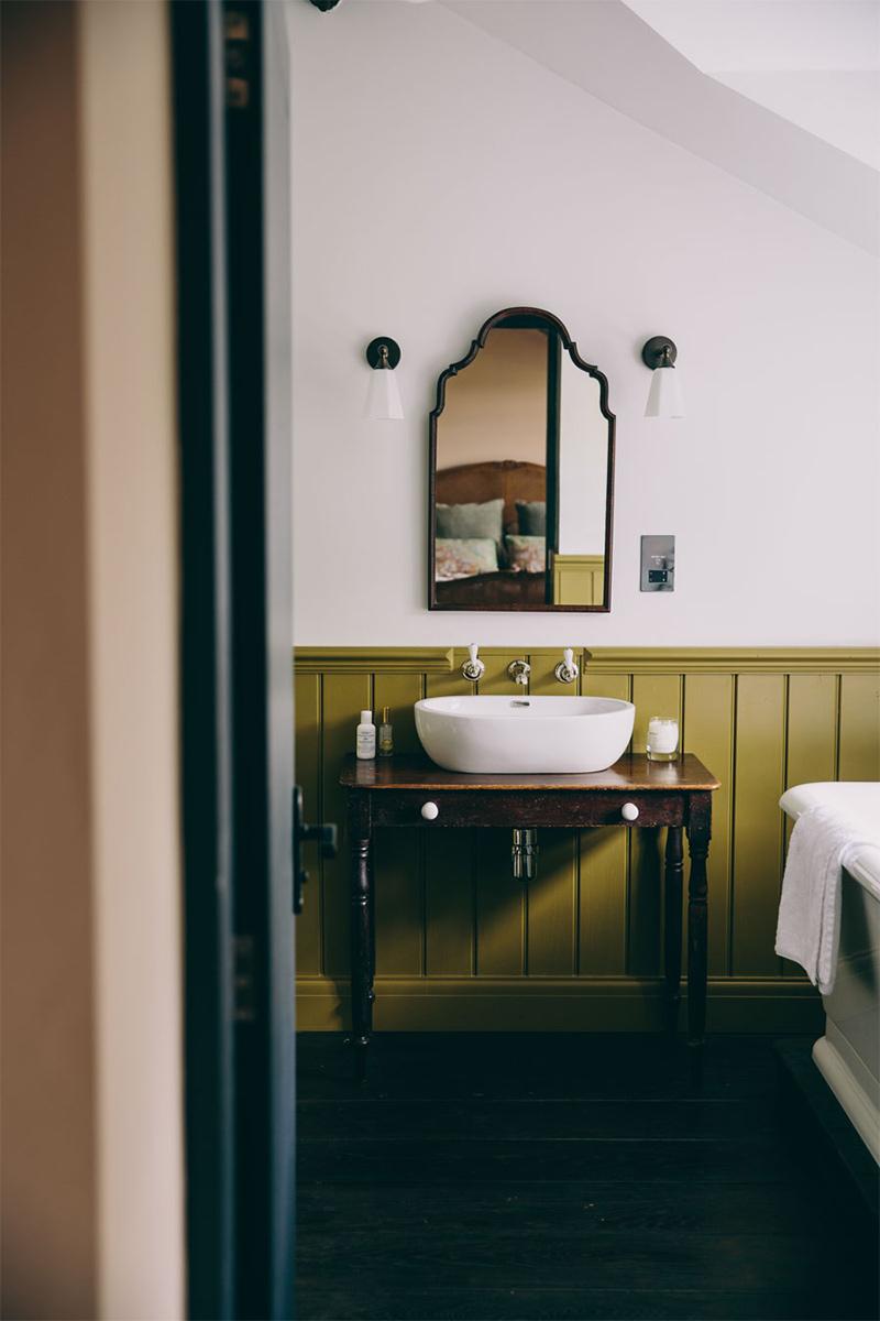 """Une maison de campagne anglaise par le studio Field day - Salle de bains de style """"campagne"""""""