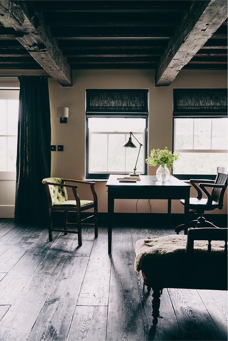 Une maison de campagne anglaise par le studio Field day - Un salon rustique à l'ambiance sombre, mais cosy