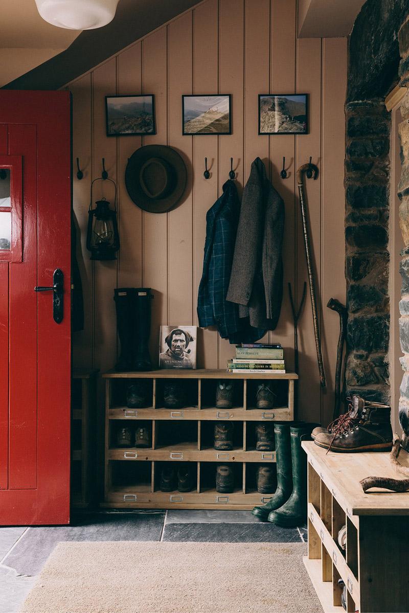 Une maison de campagne anglaise par le studio Field day - L'entrée avec ces casiers à chaussures