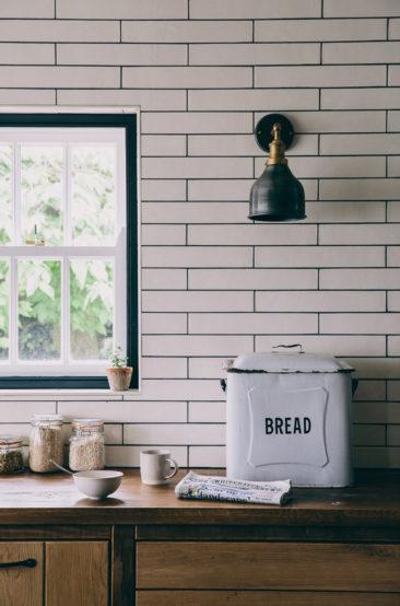 Une maison de campagne anglaise par le studio Field day - Le choix de carreaux de faïence blancs en longueur qui moderne le côté rustique de la cuisine