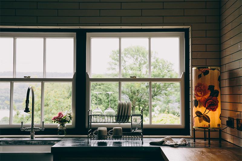 Une maison de campagne anglaise par le studio Field day - Une cuisine avec des ouvertures permettant de profiter de la vue