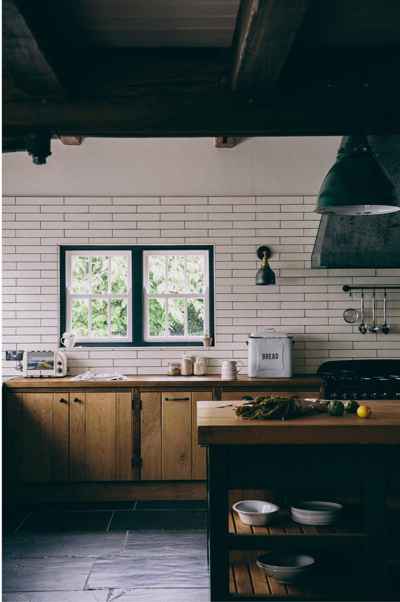 Une maison de campagne anglaise par le studio Field day - Cuisine de style rustique moderne